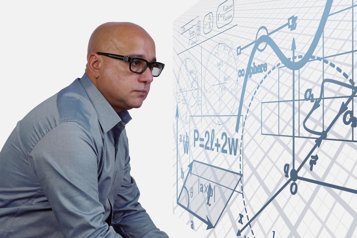 Photo homme devant une formule mathématique complexe